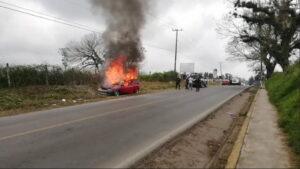 Automóvil queda calcinado en el municipio de Coscomatepec
