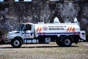 Entrega Leticia López pipa de agua a Protección Civil
