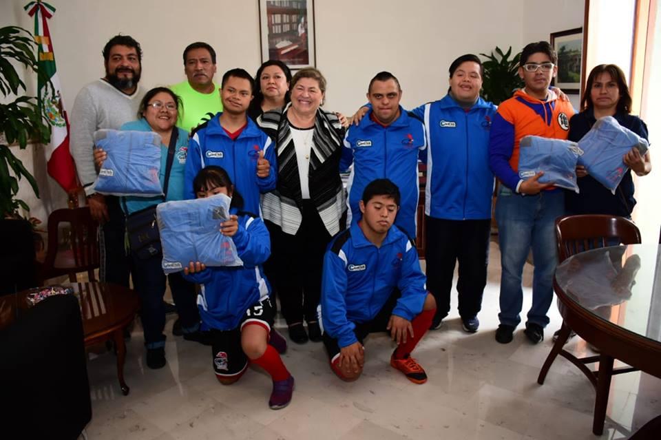Entrega Leticia López uniformes a equipo de fútbol en Córdoba