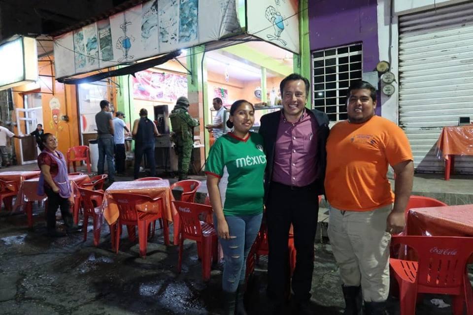 Llega Cuitláhuac García a puesto de comida en Tierra Blanca, Veracruz