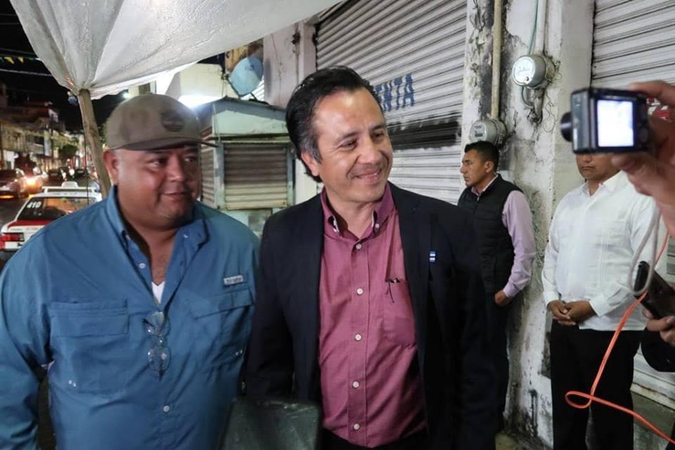 Llega Cuitláhuac García a puesto de comida en Tierra Blanca, VeracruzLlega Cuitláhuac García a puesto de comida en Tierra Blanca, Veracruz