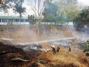 Sufren bomberos por incendios en pastizales debido a fuerte ola de calor en la región